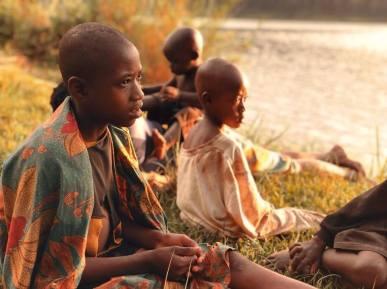 Criancas à beira do lago Kivu, em Ruanda