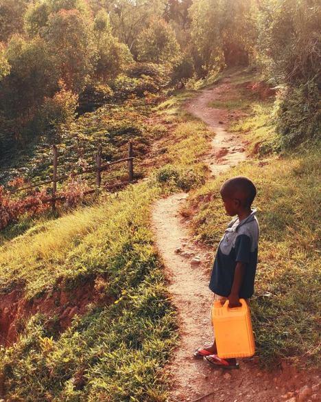Crianças indo buscar água em Ruanda