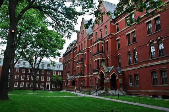 Grays Hall, construída em 1872, servem de alojamento para os calouros que chegam à universidade. Foi num desses alojamentos que Mark Zuckerberg desenvolveu o Facebook